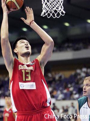 世锦赛图:中国VS斯洛文尼亚 姚明篮下轻松上篮