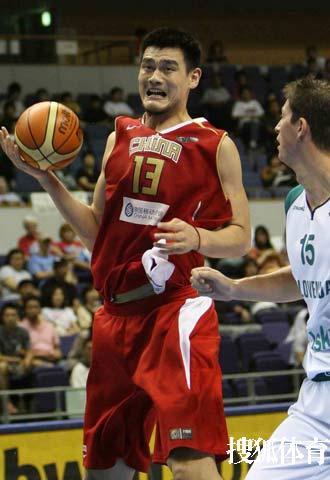 世锦赛图:中国VS斯洛文尼亚 小巨人篮下发狠