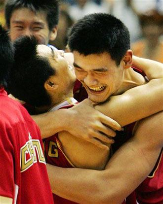 世锦赛图:中国险胜斯洛文尼亚 姚明和队友相拥