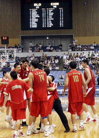 世锦赛图:中国险胜斯洛文尼亚 队员拥到一起