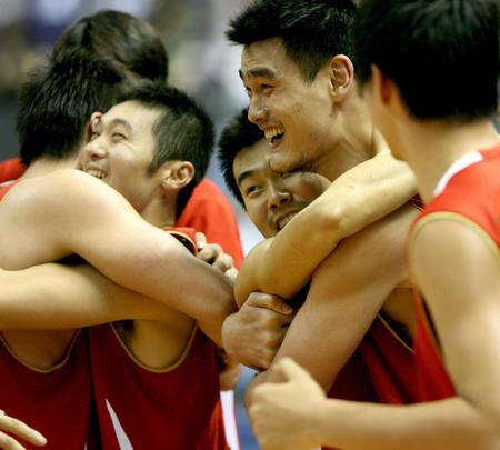 图文:中国队险胜晋级16强 姚明赛后拥抱队友