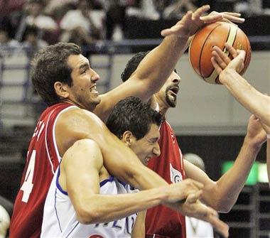 世锦赛图:希腊小胜土耳其 双方球员你争我抢