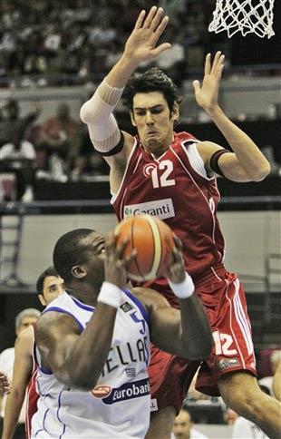 世锦赛图:希腊小胜土耳其 冈鲁姆跃起盖帽