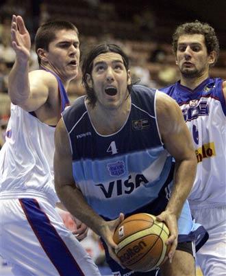 世锦赛图:阿根廷逆转胜塞黑 斯科拉遭双人夹击