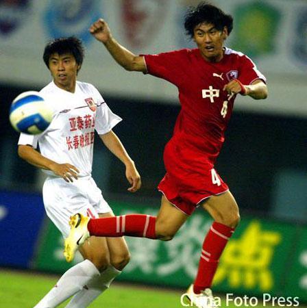 图文:联城2-1逆转亚泰 联城队员头球攻门
