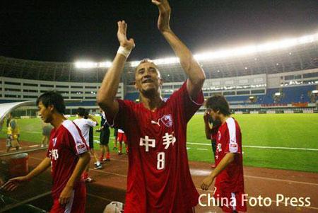 图文:联城2-1逆转亚泰 联城队员庆祝胜利