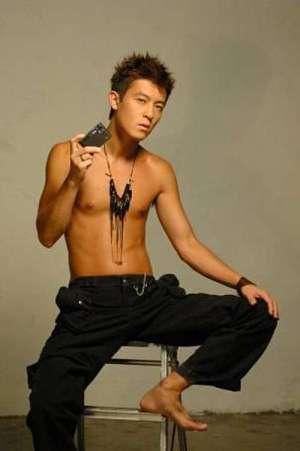 陈冠希赤裸半身扮酷 拍广告营造至潮格调(图)