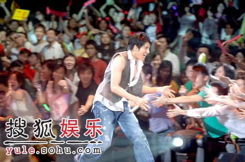 王力宏香港个唱 激情露点与美女贴身热舞图