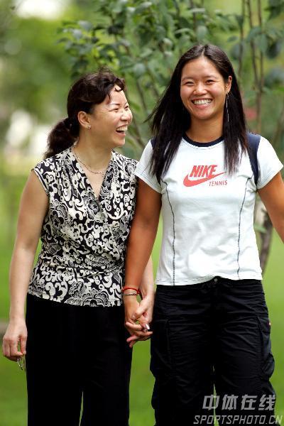 图文:女网一姐的幸福生活 与妈妈手牵手