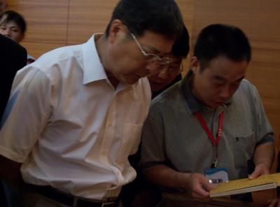 花絮:黄孟复主席参观清宫奏折艺术品展览