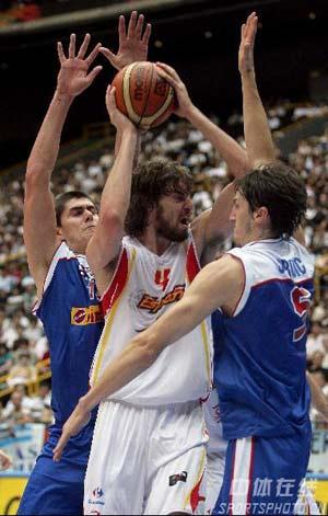 世锦赛图:西班牙VS塞黑 加索尔拿球被包夹