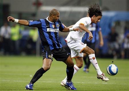 图文:意超级杯国米对罗马 阿德里亚诺场上拼抢