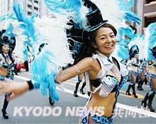 一年一度的东京浅草桑巴舞狂欢节热情四射(图)