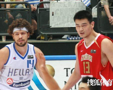 世锦赛图:中国VS希腊 姚明防守希腊中锋