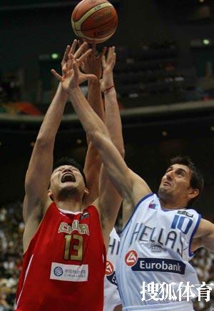 世锦赛图:中国VS希腊 姚明积极拼抢篮板球