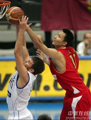 世锦赛图:中国VS希腊 易建联大力封盖对手投篮