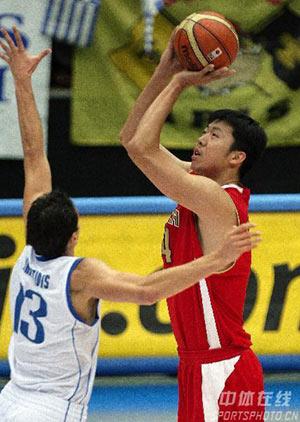 世锦赛图:中国VS希腊 王治郅场上高手投篮