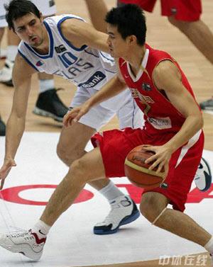世锦赛图:中国VS希腊 王仕鹏场上带球组织进攻