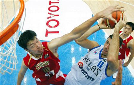世锦赛图:中国64-95不敌希腊 王治郅盖帽