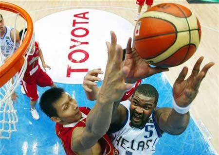 世锦赛图:中国64-95不敌希腊 易建联盖帽
