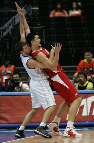 世锦赛图:中国64-95不敌希腊 姚明卡位要球