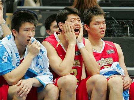 世锦赛图:中国64-95不敌希腊 场下队员着急