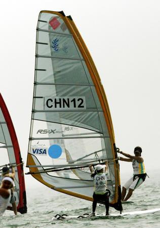 图文:青岛国际帆船赛进入白热化 选手比赛中