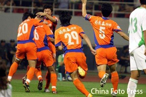 图文:鲁能提前6轮夺冠 山东队员庆祝韩鹏进球