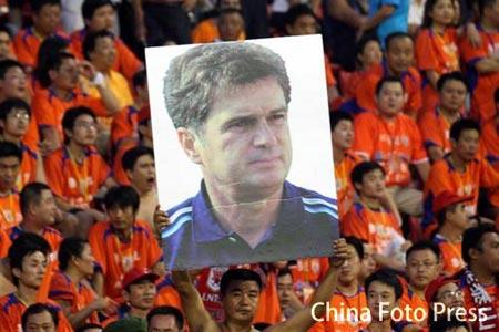图文:鲁能提前6轮夺冠 山东球迷高举主帅照片