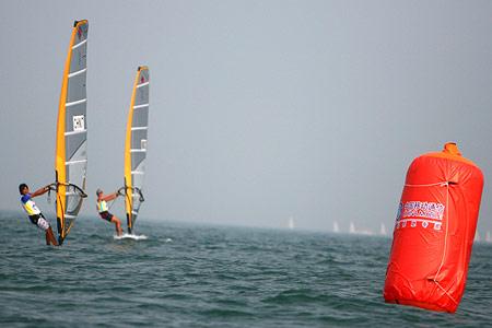 图文:青帆赛顺利进行 女子帆板X级选手绕标