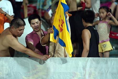 图文:重庆力帆1-1天津泰达 球迷焚烧力帆球衣