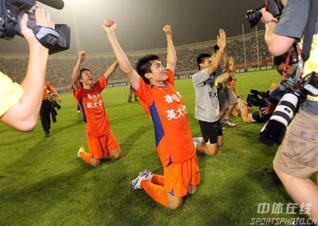 图文:鲁能提前6轮夺冠 鲁能队员跪谢球迷