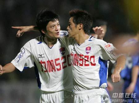 图文:重庆力帆1-1天津康师傅 吴庆庆祝进球