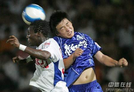 图文:力帆1-1天津康师傅 双方球员争顶头球
