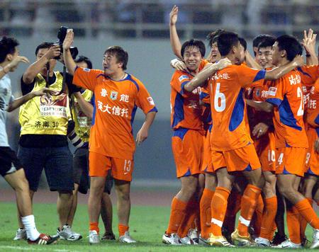 图文:山东鲁能提前六轮夺冠 球员庆祝夺冠