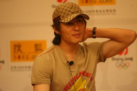 图文:李玮峰做客搜狐聊天 谈择偶标准有点羞涩
