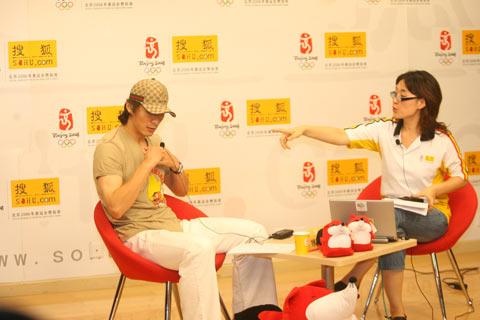 图文:李玮峰做客搜狐体育聊天 访谈前的准备