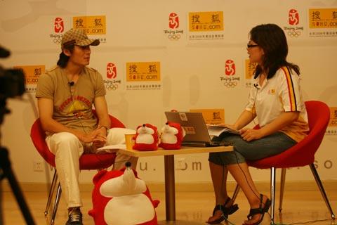 图文:李玮峰做客搜狐体育聊天 静听主持人问题