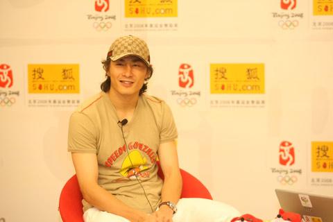 图文:李玮峰做客搜狐体育聊天 满面春风