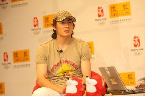 图文:李玮峰做客搜狐体育聊天 谈与队友关系