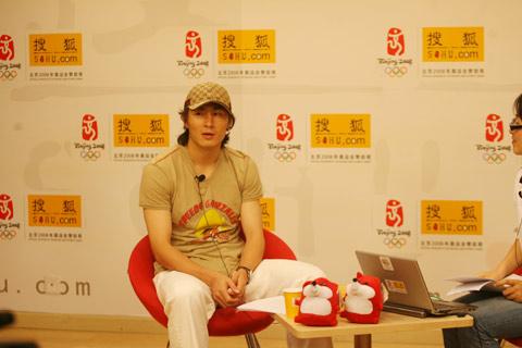 图文:李玮峰做客搜狐体育聊天 谈在国家队近况