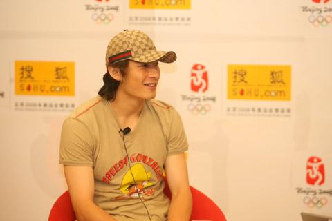 图文:李玮峰做客搜狐体育聊天 微笑接受提问