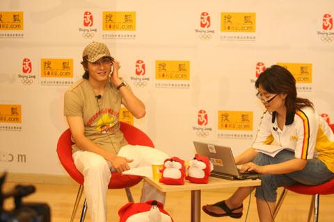 图文:李玮峰做客搜狐体育聊天 音乐伴随身边