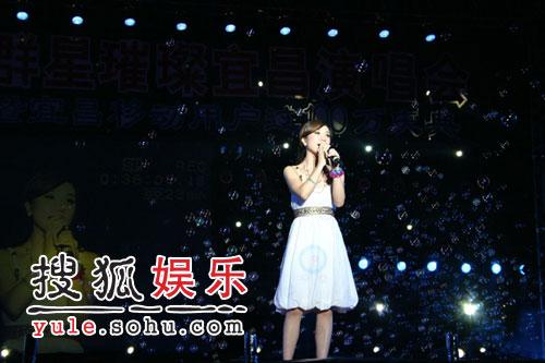 胡杨林泪洒家乡宜昌 两万人齐唱《香水有毒》