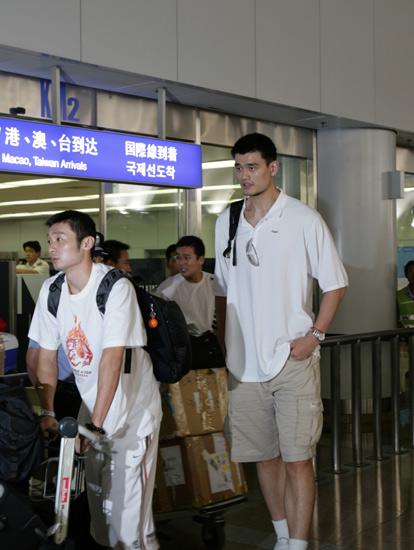 中国男篮顺利抵达北京 王治郅证实将回八一效力