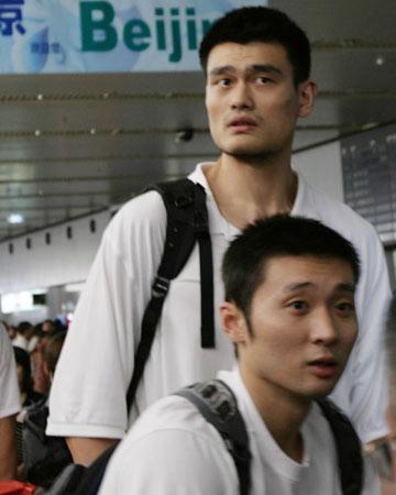 世锦赛图:中国男篮抵达北京 姚明与刘炜在一起