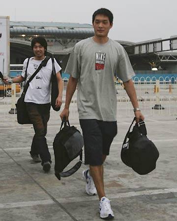 世锦赛图:中国男篮抵达北京 陈江华准备上车