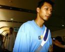 世锦赛图:中国男篮返京 易建联走出机场