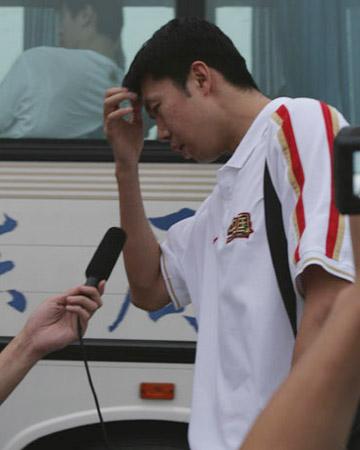 世锦赛图:中国男篮抵达北京 王治郅接受采访
