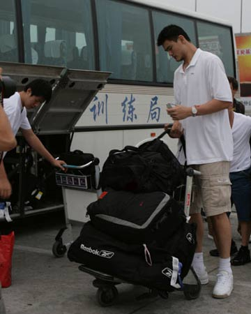 世锦赛图:中国男篮抵达北京 姚明放下行李